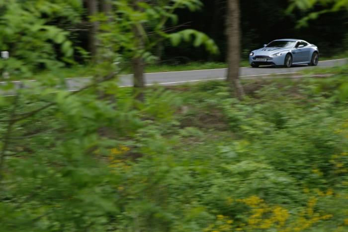 2010_Aston_Martin_V12_Vantage_Photos_35_