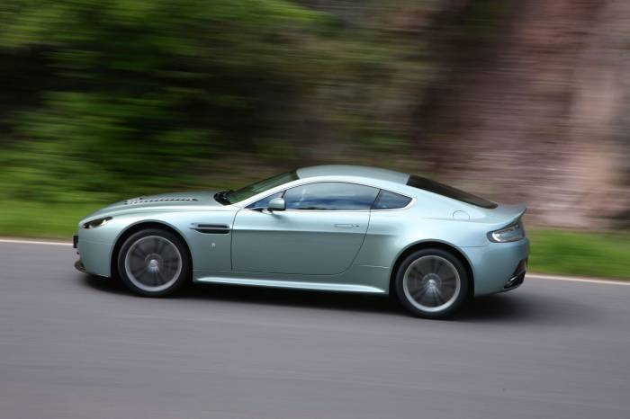 2010_Aston_Martin_V12_Vantage_Photos_9_