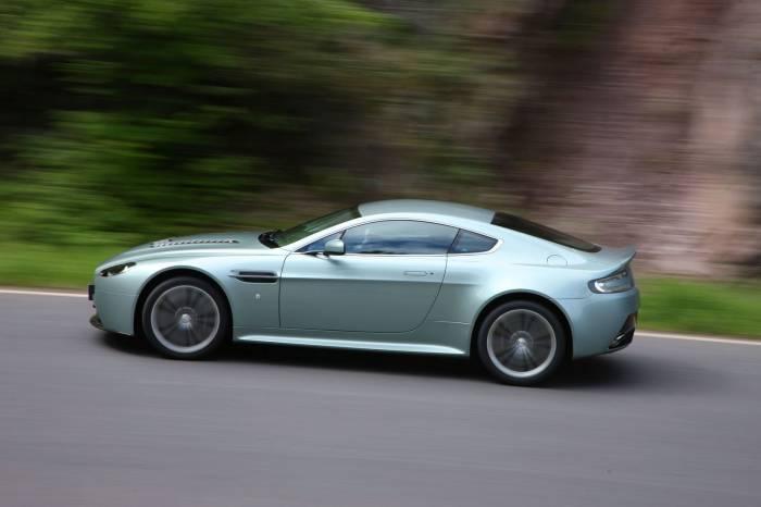 2010_Aston_Martin_V12_Vantage_Photos_9_